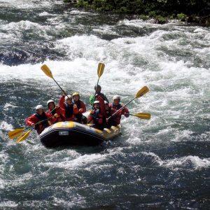Grupo a fazer rafting no rio paiva com a Nomadas Turismo de Aventura